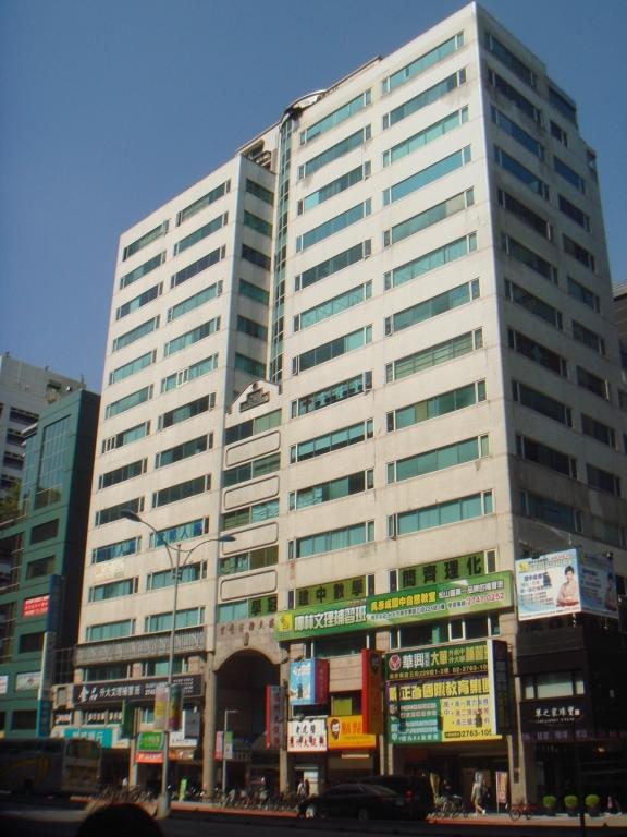 捷運南京三民站出口旁純辦大樓,公設低